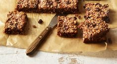 Cocoa and Raisin Cereal Bars: 143 calories These bars are very filling and can last for at least a week in an airtight container. Healthy Diet Recipes, Healthy Treats, Healthy Baking, Healthy Desserts, Whole Food Recipes, Cooking Recipes, Veggie Recipes, Cereal Bars, Sweet Potato Chips