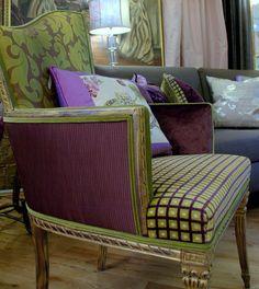 Questa poltrona Favoloso asimmetrico 1920 è stato upcycled con un bello Damasco di seta viola e verde e accoppiato con un velluto di modello di piccola scatola e un tessuto di Pouf intrecciato di melanzana. I dettagli in legno intagliato è stato dato un viola e oro distressed finitura per evidenziare il tessuto.  Ogni sedia, divano e divano è unico nel suo genere e diversi tessuti potrebbero non essere disponibili. Il segreto do facendo un disegno uique è il mix di modelli che sono tirato…