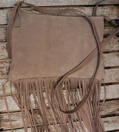 Bolsa camurça com franjas. Mab Store - www.mabstore.com.br.