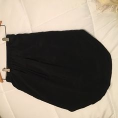 Madewell tulip hem skirt Black, above-the-knee length skirt with elastic band waist and a tulip hem. Silk lining underneath and even has pockets!! Madewell Skirts