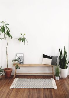 DIY Modern Rustic Bench Learn how to build this simple, modern rustic bench! The Merrythought Diy Rustic Decor, Rustic Bench, Diy Home Decor, Wood Benches, Indian Home Decor, Room Decor, Diy Woven Bench, Dyi Bench, Living Room Bench