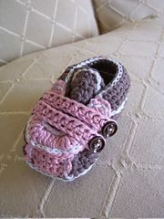 Ideal for boy or girl, these crocheted baby shoes are designed to look and function just like popular, brand name leather baby shoes. Soft,fashionable and comfy for little baby feet!  free pattern