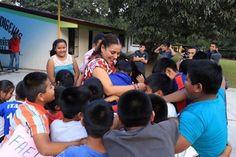 Karina Barón cumple y entrega bono navideño a casa de niños indígenas en Loma San Rafael