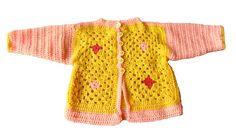 Een suikerzoet jasje, gehaakt in geel met roze...