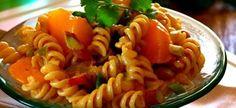 Kerrie Noedelslaai Dit est 'n treffer met enige ete '. Dit is op sy lekkerste ind . South African Dishes, South African Recipes, Ethnic Recipes, Kos, Braai Recipes, Cooking Recipes, Curry Pasta Salad, Noodle Salad, Easy Macaroni Salad