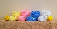 Kriskrafter: Crocodilly Mocs for Newborns - Free Pattern! Been looking for a knit crocodile stitch pattern. Baby Booties Knitting Pattern, Baby Hats Knitting, Crochet Baby Booties, Baby Knitting Patterns, Baby Patterns, Free Knitting, Crochet Patterns, Knitted Booties, Baby Bootees