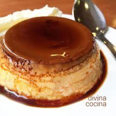 Este flan de miel es muy natural, el azúcar se sustituye completamente por la miel y resulta muy aromáticos. Sirve con frutos secos picados y nata montada.