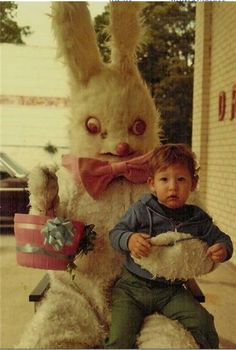 The only thing worse than a creepy Santa is a creepy Easter Bunny. Check out these funny Easter pics and be grateful it's not you in the photo! Vintage Bizarre, Creepy Vintage, Images Terrifiantes, Easter Bunny Pictures, Bunny Pics, Easter Bunny Costume, Darwin Awards, Images Vintage, Creepy Pictures