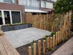 Kastanjehout hekwerken in combinatie met diverse kastanjehout palen geeft een transparante erfafscheiding.