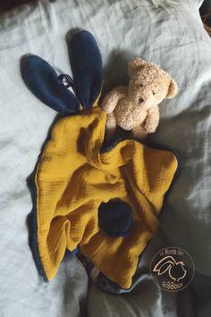 Doudou oreilles de lapin, tissu double gaze de coton doublé Teddy doux et moelleux .Couleur Safran et bleu marine , fait main , unique et original.   Kore & Co