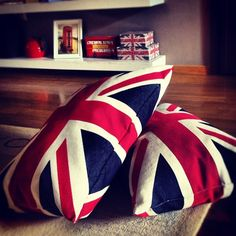 Union Jack Pillows, with small details like the themed trinket boxes and the picture of the phone booth makes it classy and less kitschy British Decor, British Style, Union Jack Pillow, Union Jack Decor, Union Flags, Living In England, British Things, Decoration, Decorative Pillows