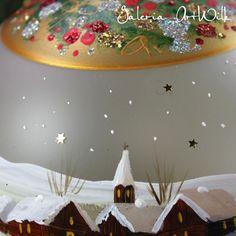 Bombka ręcznie malowana o średnicy 150mm ze specjalnie wygiąganym haczykiem szklanym. Malowana trwałymi farbami artystycznymi. Pakowana wpudełko jednostkowe i karton
