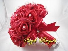 Lindo Buquê produzido com rosas super delicadas de e.v.a., pétalas fininhas como uma pétala de rosa natural, aparência e textura super próximas às rosas naturais! <br> <br>Detalhes do Buquê: <br> <br>*Aproximadamente 42 flores; <br>* Fitas de cetim envolvendo a haste; <br>* Laço duplo de cetim e com fita trabalhada super delicada. <br>* Strass no cabo. <br>* Pérolas em todos os miolos das Flores. <br>* Flor de Strass no laço; <br> <br> <br> <br>Altura: 26 cm <br>Circunferência: 67 cm <br…