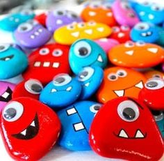 Painted Rocks // How to Paint & 127+ AMAZING Rock Painting Ideas Rock Painting Patterns, Rock Painting Ideas Easy, Rock Painting Designs, Paint Designs, Rock Painting Ideas For Kids, Halloween Rocks, Halloween Crafts, Easy Halloween, Pebble Painting