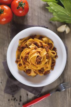 Le pappardelle con la lepre sono un primo piatto caratteristico della tradizione culinaria umbra-toscana
