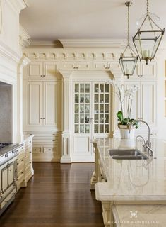 CocosCollections Cream kitchen cabinets have been a mainstay with the luxury market. This kitchen features cabinetry painted in Sherwin Williams Believable Buff. Home Decor Kitchen, Interior Design Kitchen, Kitchen Ideas, Classic Kitchen Furniture, Kitchen Baskets, Kitchen Trends, Clive Christian Kitchens, Cream Kitchen Cabinets, Classic Kitchen Cabinets