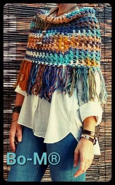 60 Patrones de Ponchos, bufandas y capas para invierno a crochetA simple summer poncho that can be worn in two ways as shown: one way with the four po Pull Crochet, Crochet Cape, Crochet Scarves, Crochet Shawl, Crochet Clothes, Crochet Stitches, Knit Crochet, Crochet Patterns, Mode Chic