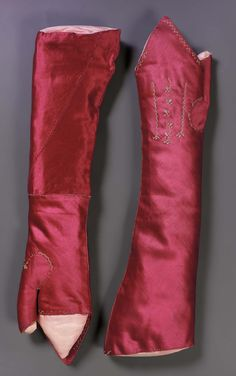 Pair of mitts, 18th century. Dark pink silk satin, embroidered with white silk.