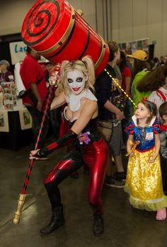Snow White has Hammer Envy —This what cosplay is all about!