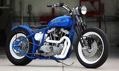 """A Top Fuel II é montada sobre uma Harley-Davidson de 1000 cc e um trabalho de customização clássico. A pintura azul mar e branco feita na moto, deixa ela com um visual """"retrô-litorâneo"""", ideal para rodar no verão brasileiro não? Não há muito o que falar dela, vale mais a pena olhar."""