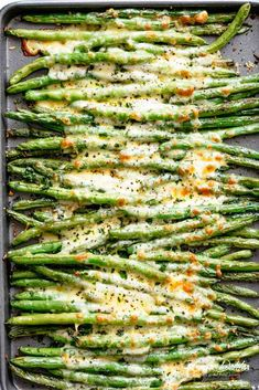 🔴Cheesy Garlic Roasted Green Beans with mozzarella cheese is the best side dish to any meal! 🔴HOW TO COOK GREEN BEANS ❓⭕Roasted green beans only take about 30 minutes to come together — including pr Oven Roasted Green Beans, Cooking Green Beans, Oven Roasted Vegetables, Baked Green Beans, Oven Green Beans, Parmesan Green Beans Baked, Cooking Greens, Crispy Green Beans, Vegetarian Meals