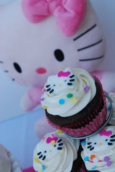 I'm not a big fan of Hello Kitty, but if Amber ever insisted on it for her birthday party, these are seriously cute ideas for it!