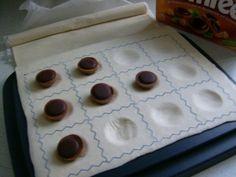 Das perfekte Toffifee in Blätterteig-Rezept mit Bild und einfacher Schritt-für-Schritt-Anleitung: Blätterteig ausrollen und zur Hälfte auf dem BIG -…