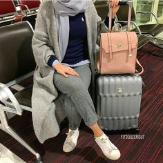 Hijabi traveling style – Just Trendy Girls on We Heart It Hijab Casual, Hijab Chic, Hijab Outfit, Muslim Fashion, Modest Fashion, Fashion Outfits, Style Fashion, Modele Hijab, Mode Abaya