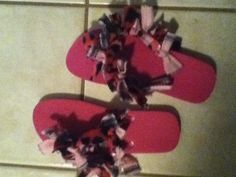 A perfect fun slumber party idea- fuzzy flip flops. Take a pair of flip flops and get some fabric and there u go