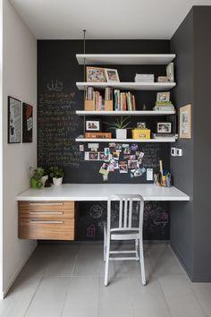 post com ideias para decorar home office Mesa Home Office, Home Office Space, Home Office Desks, Small Home Offices, Small Office, Mini Office, Grey Office, White Hanging Shelves, Floating Shelves