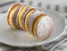 מתכון לעוגיות סנדוויץ' קוקוס עם קרם לימון דקיקות ופריכות. לא מתים על לימון? כל מלית שבעולם תתאים פה - משוקולד ועד ריבת חלב. מתכון של הקונדיטורית מאיה רביבו