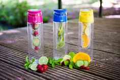 waterflessen met fruitfilter - water bottle with fruit infuser - BPA vrij - BPA vrij - kleuren roze, blauw, geel, zwart Fruit Infused Water, Infused Waters, Voss Bottle, Water Bottle, River Pebbles, Spa Water, Alcohol, Shapes, Gifts
