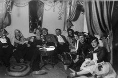 Mahdollisesti Leninki- ja Alusvaatetehtaan työntekijöiden naamiaisjuhlat Turussa 1931.  Kuvaaja: H. Attila Turun museokeskuksen valokuva-arkisto VA9810:6737