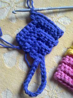 Den här är en jätterolig grytlapp att virka som man virkar på tvären. Virka med dubbelt bomullsgarn och virknål 4,0 så blir grytlappen perf... Crochet Potholders, Crochet Blocks, Crochet Stitches, Crochet Patterns, Crochet Home, Diy Crochet, Yarn Crafts, Diy And Crafts, Crochet Hot Pads