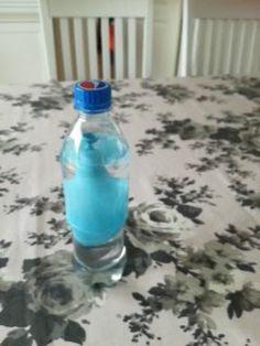 Ein flaske med waten og ein balong som har vann ini