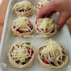 """6,500 Beğenme, 79 Yorum - Instagram'da Kelle Paşa TV (@kellepasatv): """"Harika bir Tarif yazdım canlarım 💕. Bu Tarifin adını bilen var mı sayfada ? 🙄. Bilmiyosanız isim…"""" Bread Recipes, Cooking Recipes, Diy Food, Finger Foods, Cabbage, Food And Drink, Dishes, Vegetables, Breakfast"""