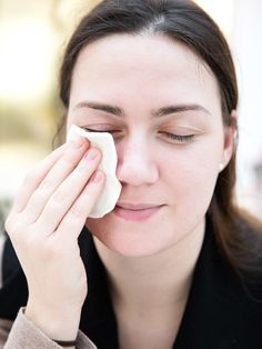 Und so geht's:1. Mische ein Päkchen Backpulver mit etwas heißem Wasser in einer kleinen Schale.2. Wenn es aufgehört hat zu Sprudeln, schnapp dir ein Wattepad und tunke es ein.3. Jetzt lege das Wattepad unterhalb der Augen auf. Keine Panik, wenn es anfangs etwas bizzelt. Das ist normal.4. Nimm es nach etwa 10 bis 15 Minuten wieder ab und wasche dein Gesicht mit klarem, kalten Wasser ab.5. Fertig.