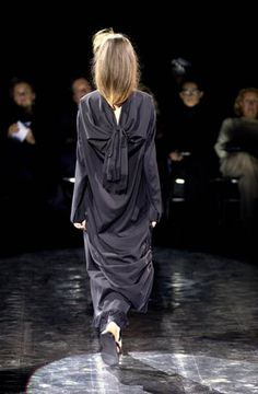 Yohji Yamamoto - Ready-to-Wear - Runway Collection - Women Spring / Summer 2001