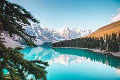 SPRING IN BANFF... Top Travel Destinations, Best Places To Travel, Amazing Destinations, Cool Places To Visit, Lago Moraine, Parc National, Banff National Park, Voyager C'est Vivre, Stock Foto