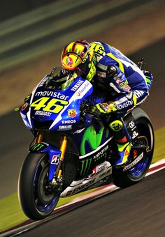 Valentino Rossi on his way to winning the 2015 Qatar Moto GP. Motogp, Motorcycle Racers, Moto Bike, Grand Prix, Yzf R125, Stock Car, Nascar, Side Car, Valentino Rossi 46