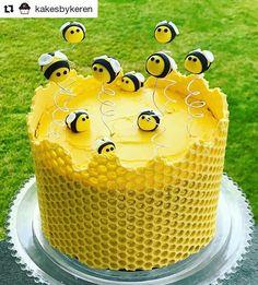 "53 curtidas, 0 comentários - MESA DE FESTA (@mesadefesta) no Instagram: ""Que bolo fofoooooo! . #Repost @kakesbykeren ・・・ Wishing you all a happy healthy and sweet new year!…"" Bee Cakes, Fondant Cakes, Beautiful Cakes, Amazing Cakes, Bee Hive Cake, Bee Birthday Cake, Rodjendanske Torte, Honeycomb Cake, Realistic Cakes"