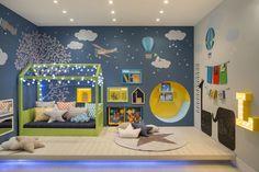 """Noite feliz Partindo da ideia """"uma noite na casa da árvore"""", o quarto do menino, assinado pela arquiteta Nayara Macedo, tem céu, estrelas, nuvens, avião, b"""