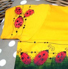 Tričko malované beruškové - kvalitnítriko - 100% bavlna -základní barva žlutá, krátký rukáv, tmavě zelená batika - ručně malované - přední i zadní díl a rukáv - ihned dostupné ve vel. 134 - návod na údržbu bude přiložen, barvy jsou stálé Na požádání ráda přeměřím.