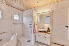 Lovely Deco: Un joli mariage de bois et de rotin Alcove, Deco, Bathtub, Bathroom, Sweet Home, Rattan, Weddings, Standing Bath, Washroom