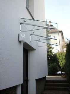 Pultdach aus 42mm Rundrohr Edelstahl, Oberfläche geschliffen und elektrolytisch poliert, Eindeckung 2x5 mm oder 2x6 mm Verbundsicherheitsglas VSG-tvg, Neigung 20°. Metal Awnings For Windows, Window Awnings, House Front Design, Roof Design, Door Canopy Porch, Curtain Wall Detail, Patio Door Coverings, Glass Porch, Canopy Glass