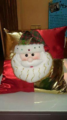 Ideas y diseños de Papa Noel para decorar en Navidad Christmas 2016, Christmas Colors, Christmas Decorations, Xmas, Christmas Ornaments, Holiday Decor, Christmas Cushion Covers, Christmas Cushions, Sock Toys