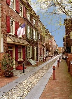 Philly ~ Elfreth's Alley, the oldest street in the U.S. still inhabited. Created in 1702. The oldest house dates to 1725. Ben Franklin once lived on Elfreth's Alley. Philadelphia, PA