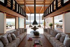 A gente roda o mundo, mas pra mim a arquitetura brasileira é das mais bonitas. Essa casa fica no interior de São Paulo e eu estou apaixonada!