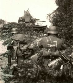 Panzerjäger I with the cm Skoda PaK & assault team…notice the short handle wire cutters pouch on the trooper on the left. *Thanks for the correct ID on the Panzer guys. Nagasaki, Hiroshima, Ww2 Pictures, Ww2 Photos, German Soldiers Ww2, German Army, Ww2 History, Military History, Luftwaffe