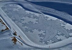 Simon Beck is an artist that uses snowshoes to create giant land art in the snow. Most of his work takes place in the ski resort of Les Arcs Land Art, Simon Beck, Snow Artist, Stations De Ski, Ice Art, Snow Pictures, Pretty Pictures, Snow Sculptures, Painting Snow